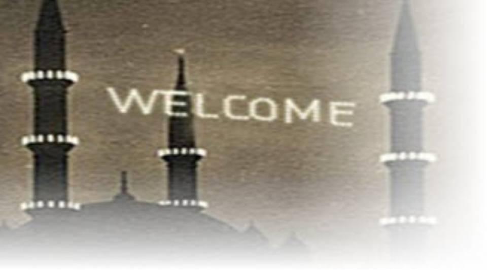 """Dolmabahçe Camii'nin minarelerine """"Welcome"""" yazılı mahyalar asıldı"""