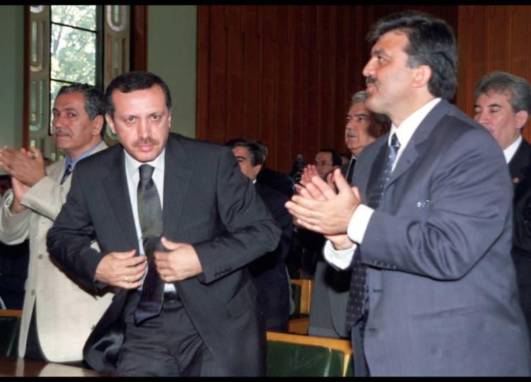 AKP programının ve 2002 seçim beyannamesinin İngilizce'den çevrildiği kolayca anlaşılmaktadır