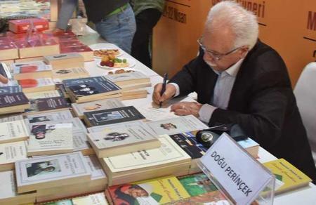 Perinçek kitaplarını, kitapseverler adaylık dilekçesini imzaladı