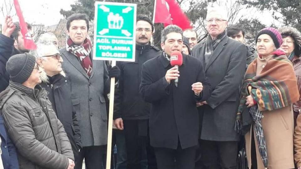 Vatan Partisi'nin adayı Mustafa İlker Yücel, basın açıklamasını deprem toplanma alanı olarak seçilen ama TÜRGEV'e bırakılan ve yapılaşan yerde yapmıştı.
