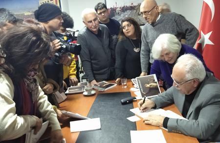 Doğu Perinçek Aydınlık Nöbetindeki Resimler'i imzaladı