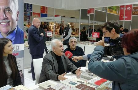Doğu Perinçek, CNR kitap fuarında kitaplarını imzaladı
